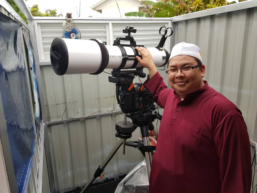 Ustaz Saifulbahri (one of PABD Executive members) poses with the scope
